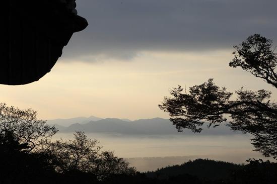 백련사 아침풍경 동이 틀 무렵 백련사에서 내려다보이는 강진만은 해무로 가득해 생각을 멈추게 한다.