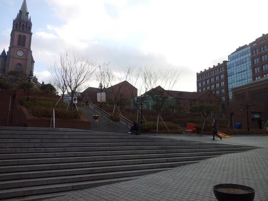 1단계 개발 사업을 지난 9월 마치면서 주변 일대를 재정비한 명동성당 모습. 오른편 건물이 사업 완료와 함께 완공한 교구청 신관이다.