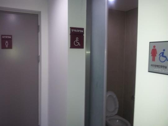 교구청 신관 장애인 화장실은 남자화장실 입구 맞은편에 여자 장애인 화장실이란 표시로 설치돼 있다.