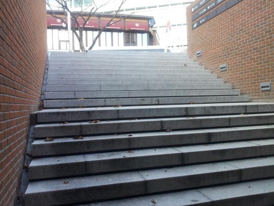 '명동성당 1898' 지하 1층으로 외부에서 출입하는 계단이다. 손잡이는 찾아볼 수 없다.