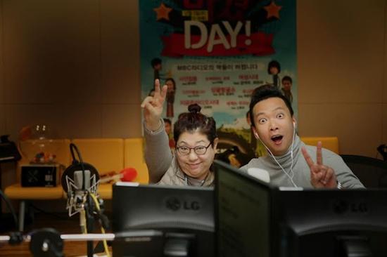 2일 오후 MBC 표준FM <두시 만세> 진행을 맡은 가수 양희은과, 박준형.