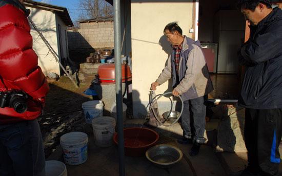 질산성 질소와 총대장균이 음용수 기준치를 넘어 먹는 물로 부적합 판정을 받았다. 하지만 주민들은 부적합 판결을 받고도 대안이 없어 오염된 식수를 사용하고 있다.