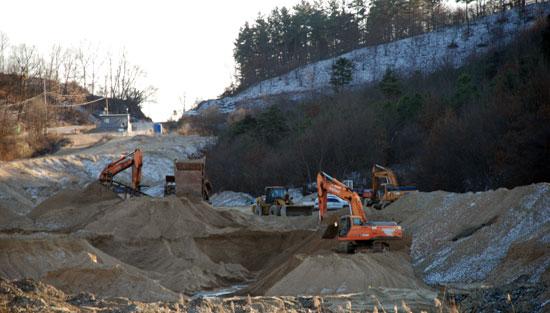 충남 부여군 규암면 금암2리는 지난 2010년, 4대강 사업 준설토를 마을 한복판에 쌓아놓고 방치했다. 지난 2월 주민과 협의를 걸친 후 반출을 하고 있다.