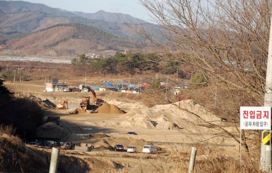 충남 부여군 규암면 금암2리는 2010년 4대강 사업 준설토를 마을 한복판에 쌓아놓고 방치하다가 지난 2월, 주민과 협의를 걸친 후 반출을 하고 있다.