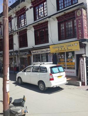 레 시내의 거리에는 매일 가는 식당, 판공초 투어를 알아보기 위해 들락거리던 여행사, 그리고 한 번도 들어가 보지 않았던 기념품 가게들이 번갈아 들어서 있었다.