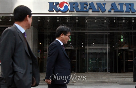 조현아 대한항공 부사장이 기내 서비스 불만을 이유로 이륙 직전 항공기를 제자리로 돌려 승무원을 내리게 해 파문이 일고 있는 가운데, 9일 오전 서울 중구 대한항공 빌딩 앞에서 시민들이 대한항공 로고를 보며 지나가고 있다.
