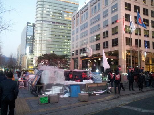 씨앤앰 대주주 MBK파트너스가 위치한 광화문 서울파이낸스센터 앞 희망연대노동조합 씨앤앰지부 농성 현장이다.