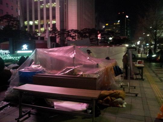 노조원들은 임시 비닐 텐트를 친 곳에서 잠을 청한다.