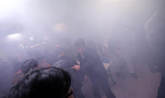 10일 오후 8시 20분께 전북 익산시 신동성당에서 열린 신은미·황선 씨의 토크 콘서트에서 고교 3년생 오모(18)군이 인화성 물질이 든 냄비를 가방 안에서 꺼내 불을 붙인 뒤 연단 쪽으로 향하다가 다른 관객에 의해 제지됐다. 이 사고로 매캐한 연기가 나면서 관객 200여명이 긴급 대피했다.