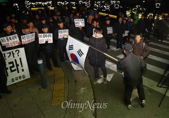 시민 가로막는 어버이연합 <2014인권콘서트>가 열리는 11일 오후 서울 광진구 세종대 정문 앞에서 어버이연합회원들이 콘서트 개최를 반대하며 집회를 벌이던 중 지나가던 시민들의 통행을 방해하고 있다.