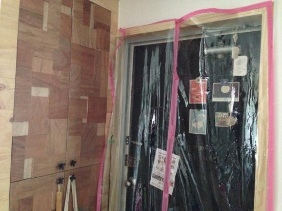 현관에 설치한 자석  비닐문  추운 날 철문 현관문에 가만히 손을 대보면 쌩쌩 바람이 들어오는 것을 느낄 수 있다. 황소바람에 놀라게 되면, 비키니 옷장처럼 집을 한 순간에 '싸 보이게' 하는 비닐 문도 기꺼이 달게 된다. 아무렴!