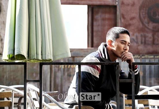 OCN 드라마 '나쁜 녀석들'에서 정태수 역의 배우 조동혁이 18일 오후 서울 논현동의 한 카페에서 오마이스타와의 인터뷰에 앞서 포즈를 취하고 있다.