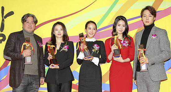 영평상 주요 수상자들. (왼쪽부터) 배우 최민식, 천우희, 조여정, 임지연, 박유천 배우.