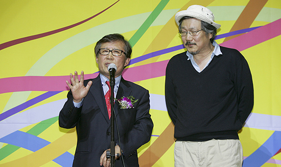 영평상 최우수작품상을 수상한 <자유의 언덕> 홍상수 감독과 민병록 영화평론가협회장.