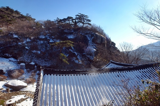 북암 일대 전경 멀리 산등성이에 북암 동탑이 서있다. 대둔팔경중에 하나로 꼽힌다.