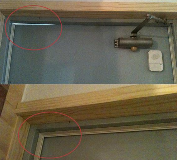 문풍재 설치 전과 후 오래된 집 문과 창문은 비틀리거나 내려앉은 경우가 많다. 문 위쪽에 황소바람이 드나들 것 같은 틈새가 떡 하니 보인다(위). 문풍재를 설치했더니 문이 맞물리면서 틈새가 사라졌다. 문 바깥에서 보면 빛도 잘 새어나가지 않는다(아래).