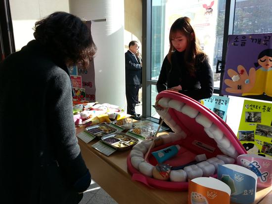 제천시 어린이급식관리지원센터 1주년 성과보고회가 열리는 입구에는 만1~2세, 3~5세용 식단이 유형별로 진열돼 있다.