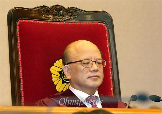 통합진보당 정당 해산심판 선고기일인 19일 헌법재판소 대심판정에 박한철 헌법재판소장이 앉아 있다.