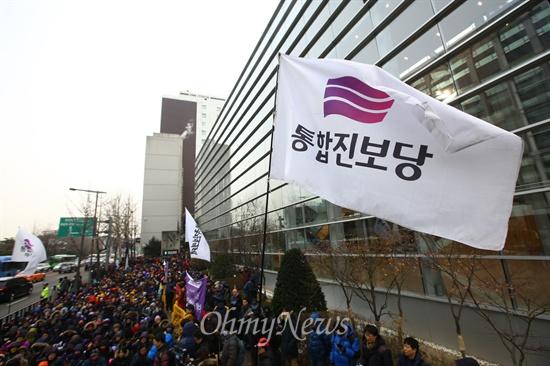 해산 결정 난 통합진보당 헌법재판소가 통합진보당에 대해 사상초유의 정당해산 결정을 내린 19일 오전 서울 종로구 헌법재판소 인근 안국역에서 통합진보당원들이 모여 집회를 열고 있다.
