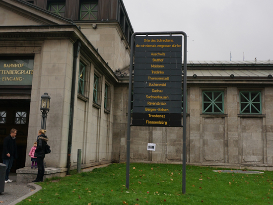 베를린의 최대번화가 비텐벡플라츠(Wittenbergplatz) 전철역에 세워진 공공예술. 이 조형물은 '우리가 절대로 잊지 말아야할 끔찍한 장소들'이라는 제목 아래 나치시대에 강제수용소가 있었던 장소들이 적혀있다.
