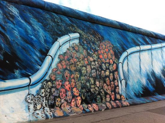 이스트사이드갤러리에 한 벽화 베를린 장벽이 무너졌을 당시, 장벽을 넘어 사람이 홍수처럼 쏟아져 나왔던 것을 묘사하고 있다.