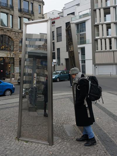 유대인 관련 거울 기념비. 이처럼 베를린 곳곳에선 역사를 만날 수 있다.