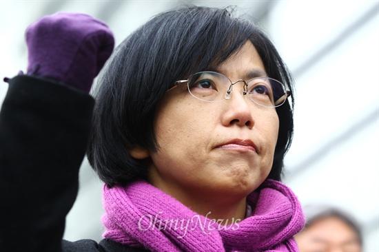 불끈 주먹 쥔 이정희 헌법재판소가 통합진보당에 대해 사상초유의 정당해산 결정을 내린 19일 오전 서울 종로구 헌법재판소 인근 안국역에서 열린 집회에서 통합진보당 이정희 대표가 주먹을 불끈 쥐고 있다.