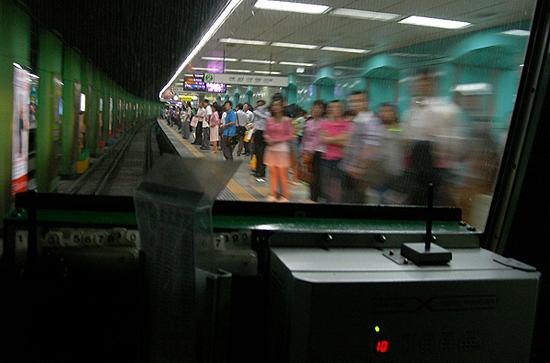 2006년 9월 중순 서울 지하철 2호선 기관실에서 찍은 사진. 2회에 걸쳐 지하철 기관실에 탑승, 그 이야기를 썼다. 당시 만났던 기관사들이 이구동성으로 말했다. 내가 공식적으로 기관실에 탑승한 첫 시민이라고. 대통령들도 나처럼 지하철 기관실에 탑승해 전구간을 달린 적이 없다고. 개인적으로 참 많은 것들을 얻은 취재와 기사쓰기였다.