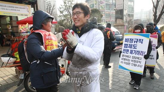 """금속노조 기륭전자분회 조합원들과 연대 단체 참석자들이 22일 오전 서울 동작구 옛 기륭전자 본사 앞에서 그 동안 지켜왔던 농성장을 정리한 뒤 비정규직 법·제도 철폐를 호소하며 오체투지 행진을 벌이고 있다. 이날 이들은 """"사람을 노예로 만들고 사람을 오직 절망으로 내모는 반인간적인 비정규직 노동은 그 자체로 사회적 범죄이다""""며 """"노동에 대한 옳바른 법·제도가 적립되어야 한다""""고 주장했다. 이들은 비정규직, 정리해고 노동자들이 마음 놓고 살 수 있는 비정규직 없는 세상을 촉구하며 26일까지 5일간 국회를 지나 청와대까지 오체투지 행진을 진행할 예정이다."""