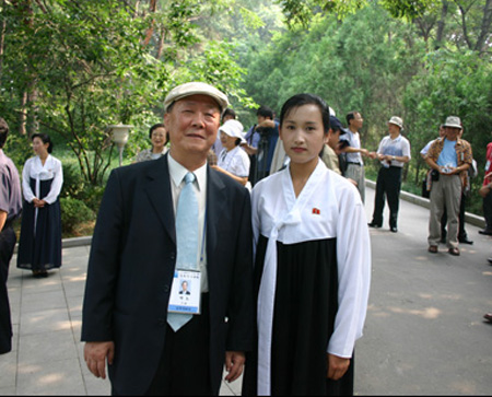 필자의 방북 때 안내원과 함께(평양, 2005. 7.)