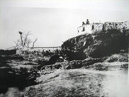 1876년, 강화도조약 체결 당시 일본 변리사절단의 일원이었던 가와다 키이치가 찍은 갑곶돈대의 모습.