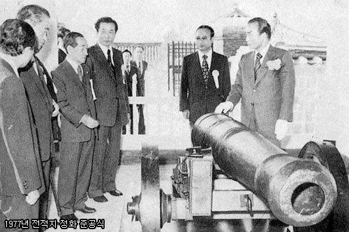 1977년 10월 28일, 강화도 호국국방유적들의 복원 준공식에 참석해서 둘러보고 있는 박정희 대통령.
