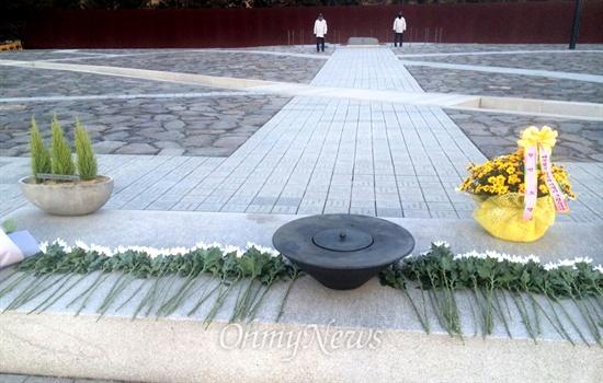 조현오 전 경찰청장이 지난 23일 김해 봉하마을 고 노무현 전 대통령 묘역을 참배한 것으로 알려졌다. 경남지방경찰청은 조 전 청장이 꽃바구니를 들고 왔지만 이름은 없었다고 밝혔다. 사진은 26일 묘역 헌화대의 모습.