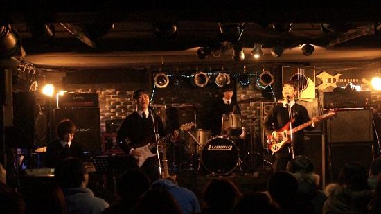 밴드 애플스 멤버인 이종민(존 레논)씨, 이두희(조지 해리슨)씨, 박서주(링고스타)씨, 표진인(폴 매카트니)씨(왼쪽부터)가 공연을 하고 있다.