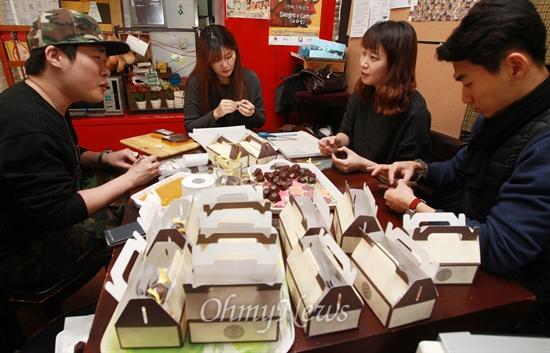 '우리동네청년회'의 반찬 봉사팀 '반쪽' 회원들이 3일 오후 서울 마포구 서교동에 위치한 카페 '상상언저리'에 모여 달달하고 말랑말랑한 식감으로 할머니, 할아버지들이 좋아할 단호박, 팥양갱을 만들고 있다.