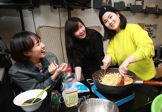 '우리동네청년회'의 반찬 봉사팀 '반쪽' 회원들이 3일 오후 서울 마포구 서교동에 위치한 카페 '상상언저리'에 모여 홀몸노인에게 전달할 밑반찬을 만들며 즐거운 시간을 보내고 있다.