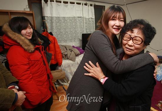 '우리동네청년회'의 반찬 봉사팀 '반쪽' 회원들이 3일 오후 서울 마포구 망원동 임성례 할머니 댁을 찾아 정성껏 만든 밑반찬을 전달한 뒤 할머니를 안아주고 있다.