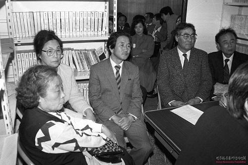 1987년 11월1일 한겨레사회연구소 창립총회에 참석한 박용길 장로(고 문익환 목사의 부인), 박영숙 평화민주당 부총재, 한 사람 건너 예춘호 전 의원.