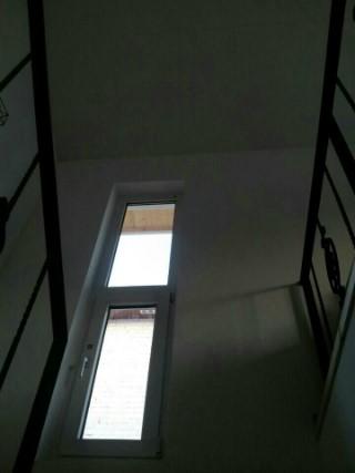 1층과 2층 사이 계단을 오리는 길목에 작은 창을