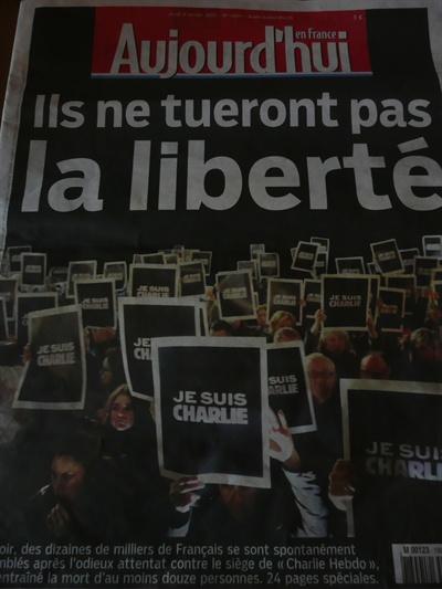 """일간지 <오주르디 엉 프랑스(Aujourd'hui en France)> 8일자 전면. """"그들이 자유를 죽일 수는 없을 것이다""""라는 제목 아래, 사람들이 """"Je suis Charlie(내가 샤를리이다)""""라는 피켓을 들고 있는 사진이 실렸다."""