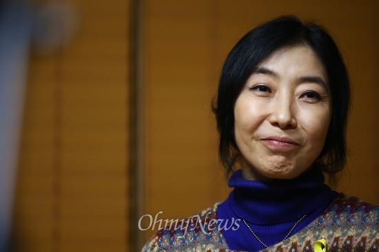 '종북몰이' 논란에 휩싸여, 끝내 강제퇴거 처분을 받게 된 '재미동포아줌마, 북한에 가다' 저자 신은미씨.