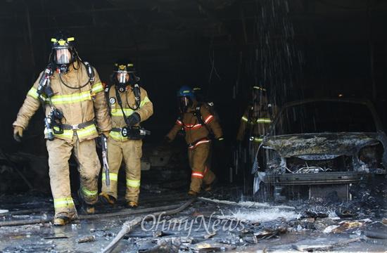 10일 오후 경기도 의정부 한 아파트 주차장에서 화재가 발생해 차량과 건물을 태운 상황에서 화재진압에 나선 소방관들이 건물에서 빠져 나오고 있다. 이 화재로 인근 건물을 태우고 3명이 사망하고 90명이 부상을 당했다.