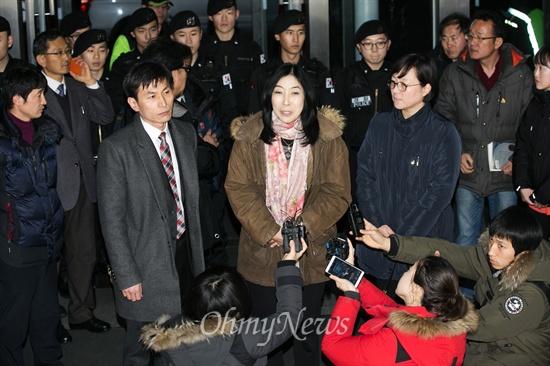한국 떠나는 신은미씨 '종북몰이' 논란에 휩싸여 끝내 강제퇴거 처분을 받고 출국길에 나선 신은미씨가 10일 인천국제공항공사 로비에서 출국 심정 밝히고 있다.