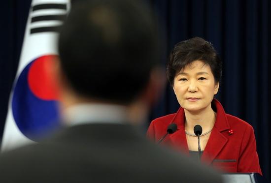 박근혜 대통령이 12일 오전 청와대 춘추관에서 가진 신년 내외신 기자회견에서 한 기자의 질문을 경청하고 있다.
