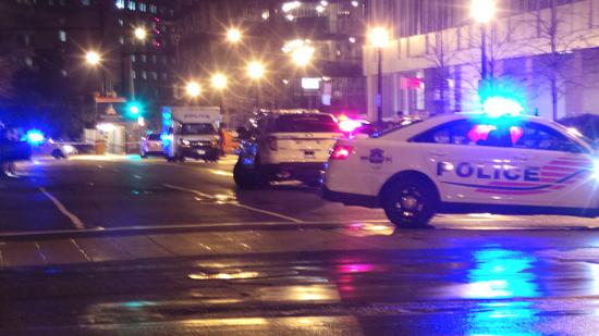 사고가 난 역 주변으로 경찰차가 배치돼 있다.