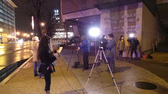 사고 역 주변에서 취재를 하고 있는 기자들의 모습.