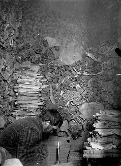 작업중  고문서 정리를 하는 프랑스의 펠리오. 그는 넉달 동안 유물을 조사했다