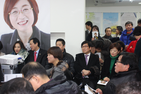 지난 9일 은수미 국회의원 지역 사무실 개소식에 참석한 정환석 위원장
