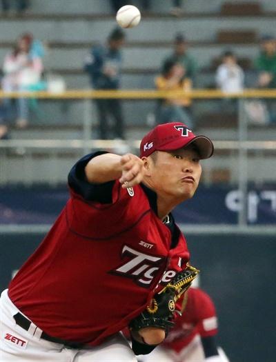 시즌 첫 등판한 김진우 14일 오후 마산야구장에서 열린 프로야구 NC-기아전에서 기아 김진우가 시즌 첫 등판해 투구하고 있다.