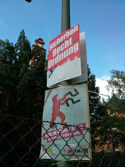 2014년 선거철 가로등에 설치된 독일민족민주당(NPD)의 포스터가 네오나치를 반대하는 포스터와 나란히 걸려있다.